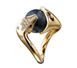 Bague Trouble Jade en or jaune, sertie d'une boule de jade noir et pavée de diamants, Boucheron.