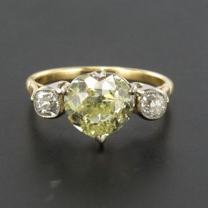 Bague cœur diamant jaune et diamants.