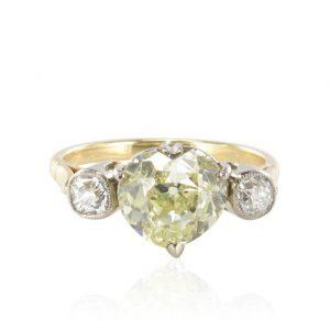 Bague coeur diamant jaune et diamants.