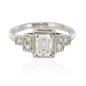 Bague diamant taille émeraude et diamants brillants.