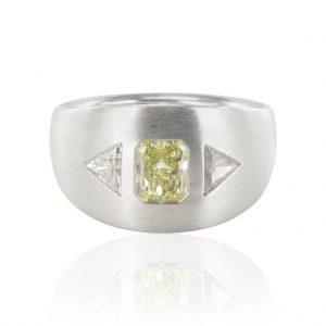 Bague diamants, or gris.
