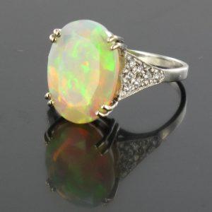 Bague opale facettée et diamants.