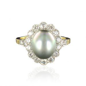 Bague perle grise et diamants.