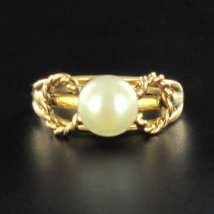 Bague perle torsades d'or.