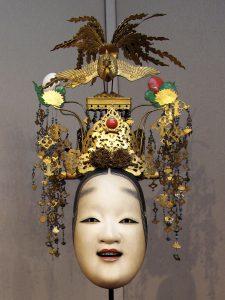 Masque de théâtre Nô en bois.Coiffe de papier, bois, perles, morceaux de verre teinté.