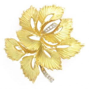 "Broche feuille or mat et diamants - 1970 - ""Ensoleillée""."