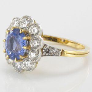 Bague saphir bleu et diamants.