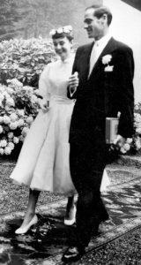 robe-de-mariee-1954-couronne-de-fleurs-aux-bras-de-mel-ferrer-2