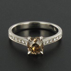 Solitaire diamant cognac et diamants. Création Bijoux Baume.