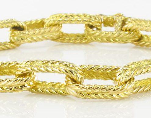 Bracelet en or jaune maille forçat ciselé.