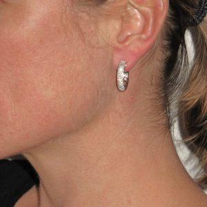 Boucles d'oreilles anneau diamants.
