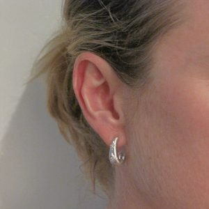Boucles d'oreilles or blanc satiné diamants.