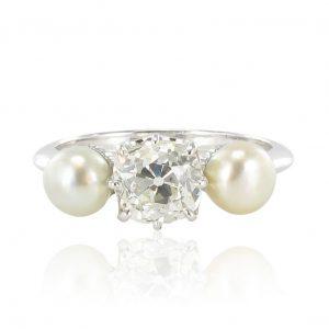 Bague diamant coussin et perles fines boutons.