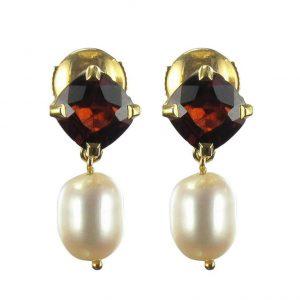 Boucles d'oreilles grenats et perles.